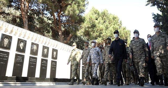 Milli Savunma Bakanı Akar ve TSK Komuta Kademesi Bakü'de şehitlik ziyaret etti