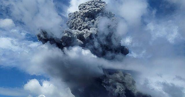 Patlayan yanardağ uçuş uyarısı verdirdi