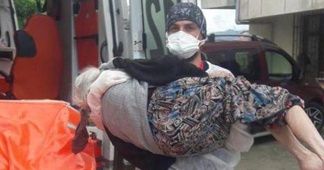 Sağlık çalışanı hastayı ambulansa kadar kucağında taşıdı