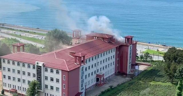 Tadilat yapılan okulun çatısında yangın