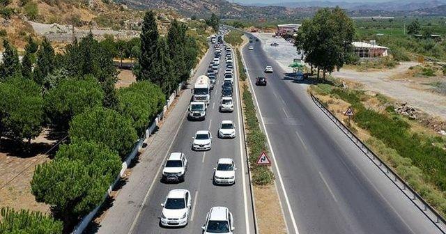 Tatilciler 5 kilometrelik araç kuyruğu oluşturdu