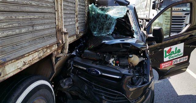 TEM'de yolcu midibüsü, kamyona ok gibi saplandı: 4 yaralı