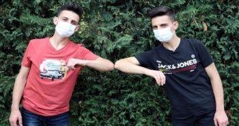 Koronavirüsü yenen ikiz kardeşlerden tedbirlere uyulması çağrısı