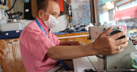 75 yaşındaki terzi Yücel ustanın meslek aşkı hayran bırakıyor