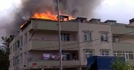 Arnavutköy'de mangaldan tutuşan çatı, alev alev yandı