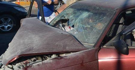 Ayvalık'ta minibüs ile özel otomobil çarpıştı