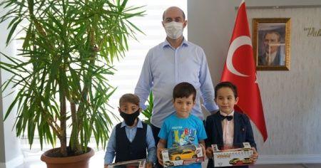 Buldukları parayı zabıtaya teslim eden çocuklara ödül