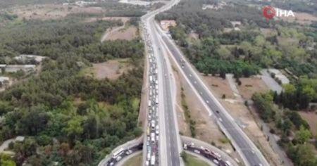 Çökme sonrası kapanan yolda kilometrelerce uzunlukta trafik oluştu