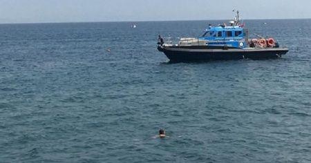 Denize giren adam polisi alarma geçirdi