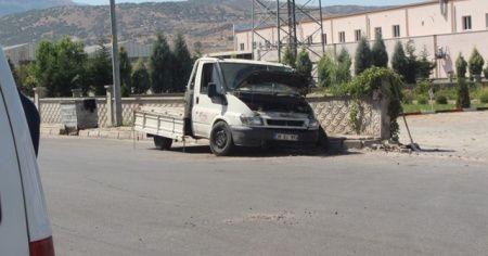 Direksiyon hakimiyetini kaybeden minibüs duvara çarptı