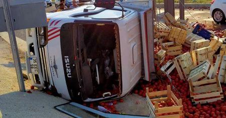 Domates yüklü kamyonetin devrilme anı kamerada
