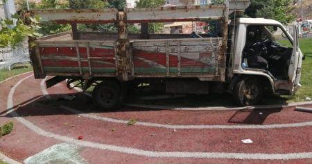 Freni boşalan kamyon, parka girdi
