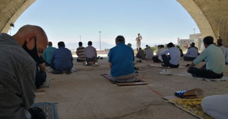 İnşaatı devam eden Tıbbiye Camii'nde sosyal mesafeli Cuma namazı