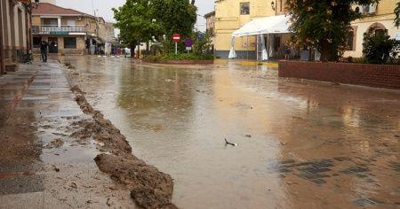 İspanya'da dolu ve fırtına hayatı felç etti