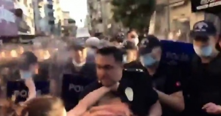 Kadınlar, izinsiz yürüyüşte polis müdürünü darp etti