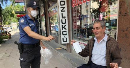 Kars'ta polis maske dağıttı, sosyal mesafe uyarısında bulundu