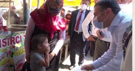 Kız çocuğu maske takmadığını fark edince eliyle ağzını kapattı, Vali Atay maske hediye etti
