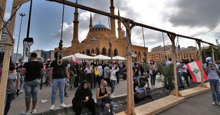Lübnanlılar, protestolarda politikacılar için temsili darağacı kurdu