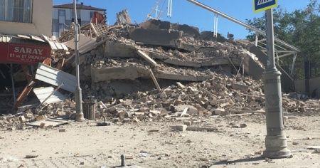 Malatya'da ağır hasarlı bina yıkım esnasında çöktü