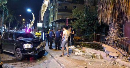 Mersin'de kamyonet evin bahçe duvarına çarptı