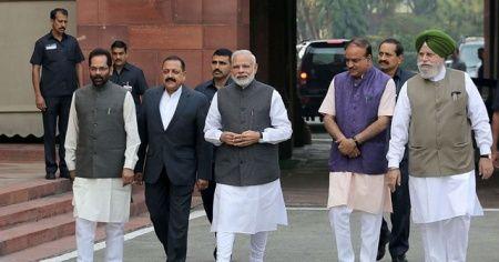 Modi tartışmalı tapınağın temel atma törenine katıldı