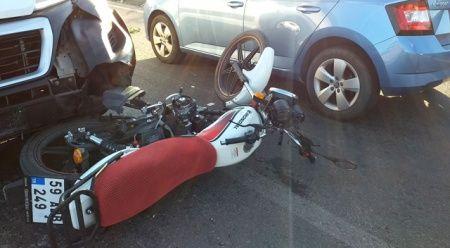 Motosikletli kurye minibüse çarpıp otomobilin camına uçtu