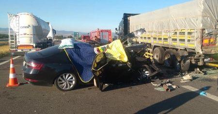 Otomobil tırın altına girdi: 3 ölü, 1 yaralı