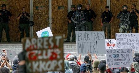Polis ırkçılık karşıtı protestoları 'yasa dışı' ilan etti