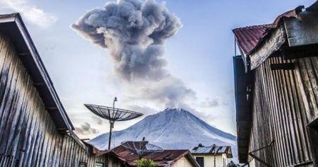 Sinabung Yanardağı'nda patlama: Dumanlar 2 bin metreye yükseldi