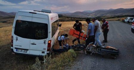 Şuhut'ta minibüs ile motosiklet çarpıştı: 1 yaralı
