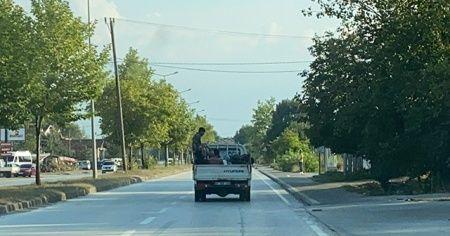Tarım işçilerinin kamyonet kasasında tehlikeli yolculuğu
