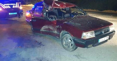 Traktöre bağlı römorka çarparak hurdaya dönen Tofaş'ta 3 kişi yaralandı