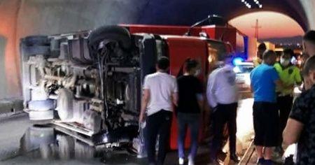 Tünelde kamyon devrildi, metrelerce araç kuyruğu oluştu