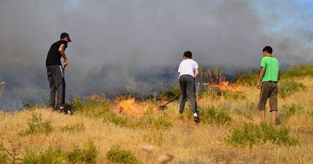 Yangının evlerine sıçramaması için kürek ve traktörle alevlere müdahale ettiler