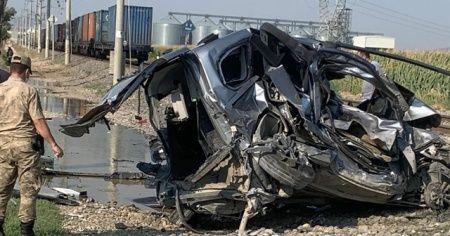 Yük treni hafif ticari araca çarptı: 1 ölü