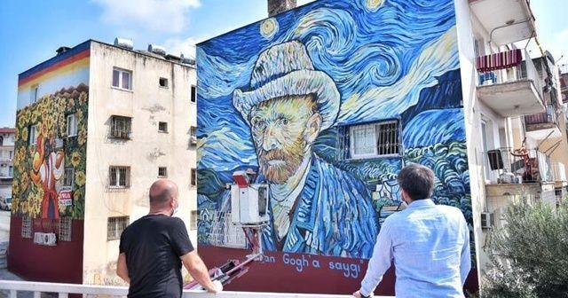 36 yıllık binanın dış cephesi Van Gogh'un 'Yıldızlı Gece' eseriyle kaplandı
