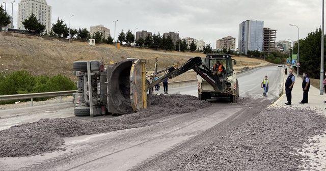Ataşehir'de hafriyat kamyonu yan yattı: 1 yaralı