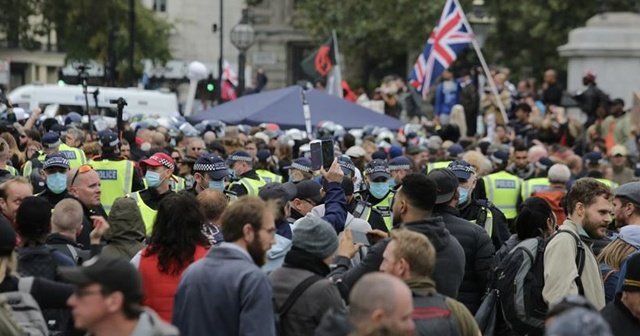 İngiltere'de Kovid-19 önlemleri karşıtı protestoya polis müdahalesi