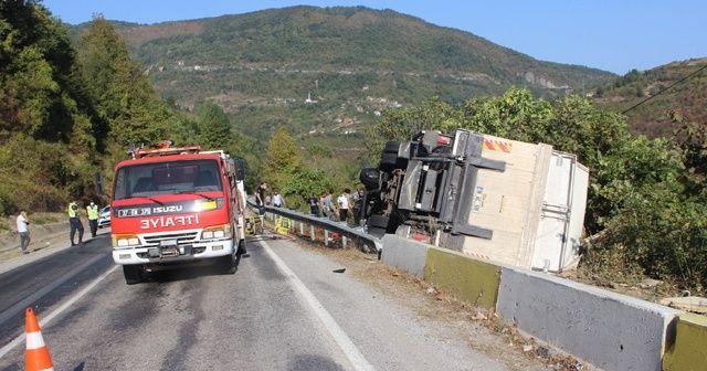 Kastamonu'da freni boşalan kamyon devrildi: 1 yaralı
