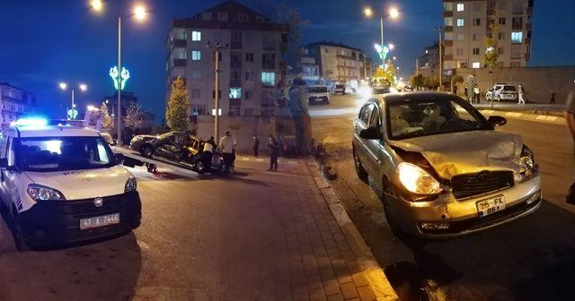 Kocaeli'de kavşakta iki otomobil çarpıştı: 4 yaralı