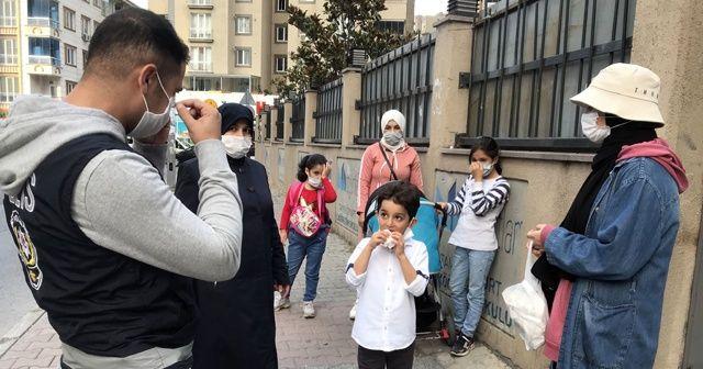 Polis, aileleri ve çocuklarını maske mesafe konusunda uyardı