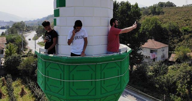 Telefonla görüşmek için minareye çıkıyorlar