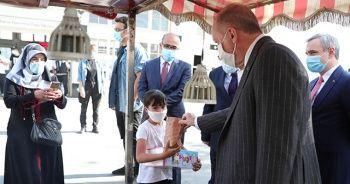 Cumhurbaşkanı Erdoğan Beşiktaş'ta kestane alıp minik çocuğa ikram etti