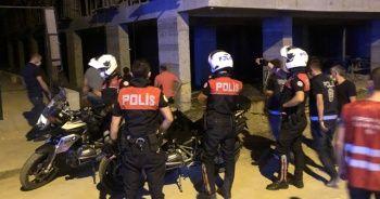 Elleri kelepçeli olarak polis aracından atlayıp kaçan zanlıyı yakalamak için seferber oldular