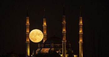 Fotoğraf tutkunları minareler arasında dolunayı ölümsüzleştirdi