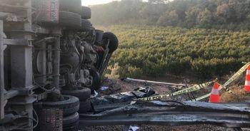 Kontrolden çıkan kamyon 100 metre sürüklenip bariyerlere çarptı: 1 ölü