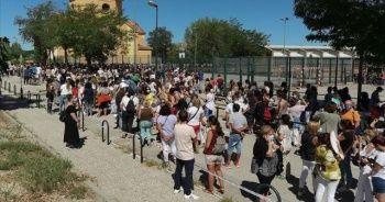 Madrid'de binlerce öğretmen ve okul çalışanı Kovid-19 testi için uzun kuyruklar oluşturdu