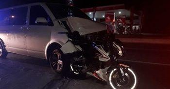 Minibüsün altında kalan motosiklet sürücüsü öldü