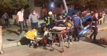 Otomobil önce yayaya sonra elektrik direğine çarptı: 1 ölü 2'si ağır 4 yaralı