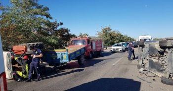 Otomobil traktöre çarpıp yan döndü: Ölü ve yaralı var